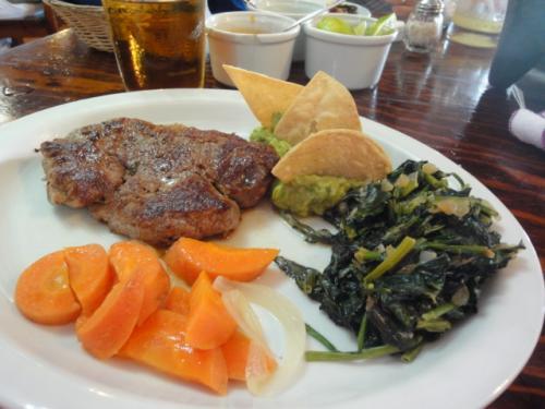 こちらはFILETE CHEMITAです。<br /><br />マッシュポテトの上に、シンプルな牛フィレのステーキですが、ほうれん草のソテーとの愛称が抜群の一品です。真面目においしいです。<br /><br />焼き加減を聞かれたら、TRES QUARTO(トレスクアルト)と注文しましょう(ミディアムレアです)<br /><br />写真はマッシュポテトがありませんが、本来はあります。。。<br /><br />