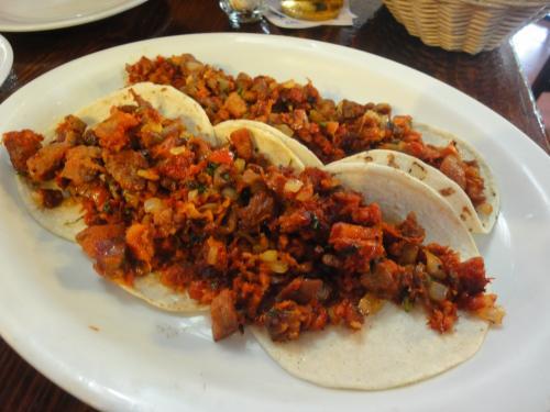 TACOS DEL CHATO<br /><br />ちょっとマニアックな(でもないんだけれど)タコスです。<br />チャトというのは、三種混合という意味ですが、<br />CECINAとCHORISOとCHICHARRONを混ぜた具材です。<br /><br />セシーナというのは、メキシコでは比較的有名ですが、牛肉の一夜干しというかマリネですね。チョリソーはソーセージ。チチャロンは豚の皮を油で揚げたものです。<br /><br />この店のチャトは有名なんですよ。