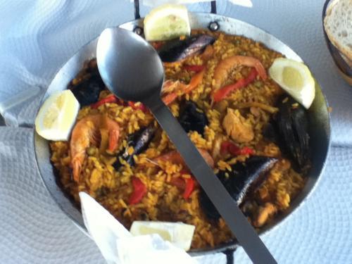 6/12 スペイン人の友達の家族と<br /><br />ネルハの海岸沿いにあるレストラン<br /><br />チリンギート マウリ(Chiringuito Mauri Nerja playazo)<br /><br />へ食事をしに行きました。<br /><br />このレストランは、アンダルシアの海岸沿いでは<br /><br />もっともポピュラーなレストランになります。<br /><br />まずは、一皿目は・・・<br /><br />パエリアです。