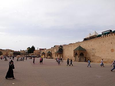 街のシンボルであるマンスール門前のエディム広場。緑のタイルの三角屋根が、おなじみモロッコの街のアクセント。<br /><br />ここの広場では夜屋台が出て大道芸をやっていたりして、マラケシュのジャマ・エル・フナ広場のプチ・メクネス版といった感じです。<br />