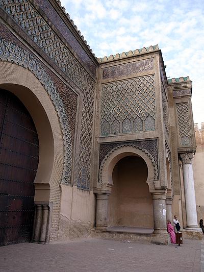 そしてこちらが、ムーレイ・イスマイルが築いたマンスール門。ちなみにマンスールとは、キリスト教からイスラムに改宗した設計者の名前だそうです。<br /><br />遠くから見るとだいぶすすけていて「これが世界遺産??」という感じですが、近くに寄ってみると、細工が見事で仰天します。交通量の激しいところにあるせいか、だいぶ汚れてしまっているようで。これはぜひ近くから観察して見なければいけません。<br />