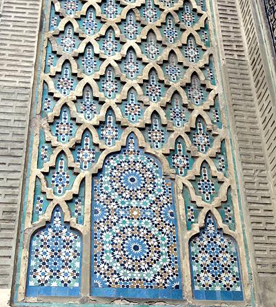 モロッコお得意、小さいタイルを組み合わせて模様を作るゼリージュ・モザイクのお手本ともいうべきもの。くるくると回転しているかのようなリズムがきれいです。<br />
