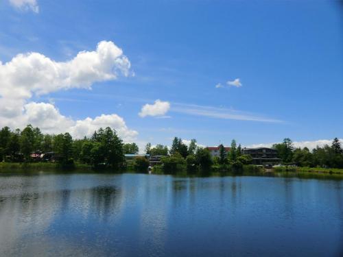 車から降りてしばらく蓼科湖(写真)のまわりを散歩する。青い空に白い雲が浮かぶ。美しい風景にふと「夏の香り(韓国ドラマ)」を思い出す。私にも美しい出会いが??????<br />