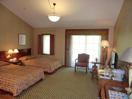 最初に「スタンダード・クレード(Bタイプ)」の客室(写真)。ここは私が泊まった部屋で客室面積は約45?あり、普通のホテルに比べると結構広く感じる。これでもエクシブ蓼科の一番狭い部屋である。<br />