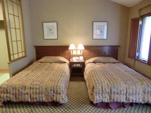 大きめのツインベッド(写真)。窓側に小窓がありベッドに寝ながら森が眺められる。エクシブ蓼科の客室棟は全て2階建てなので、1階よりも2階の客室の方が天井が高く開放感がある。