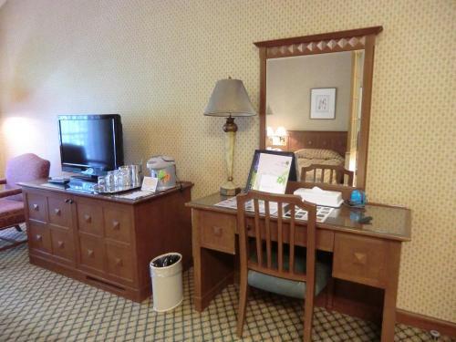 定員5名の和洋室となっているが、大人であれば「ベッドに2人、和室に2人」の4人くらいが適当なのでは?写真:テレビ・デスク周辺<br />
