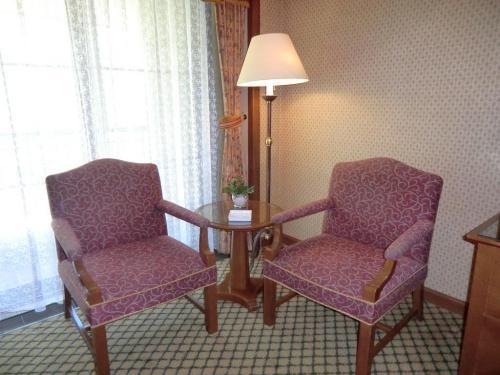 ルームチャージは11500円(税込)なので、大人4人で泊まれば1人当たり2875円と安くなる。 窓側に置かれた小テーブルと椅子(写真)が一応、リビングスペースとなる。ここが貧弱なのがスタンダードの部屋の弱点と思われる。<br />