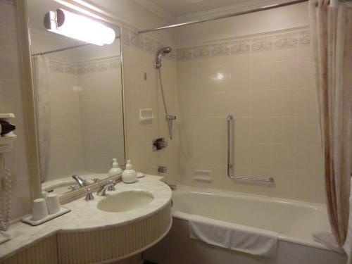 バスルーム(写真)も広くて問題ないが、私はバスタブはほとんど使わない。風呂に入りたければ「からまつの湯」に直行である。