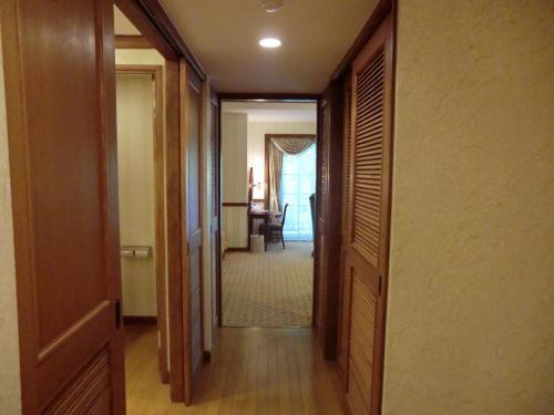 次はラージクレードの客室(写真)に入る。客室面積は約66?と一段と広くなる。