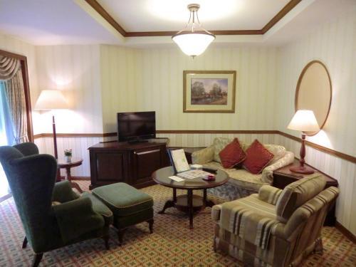ラージの部屋には立派な「リビングコーナー」(写真)が作られており、スタンダードの部屋との違いを際立たせている。ここに座ってお喋りすればラウンジに行く必要もなくなる。非常にいい。
