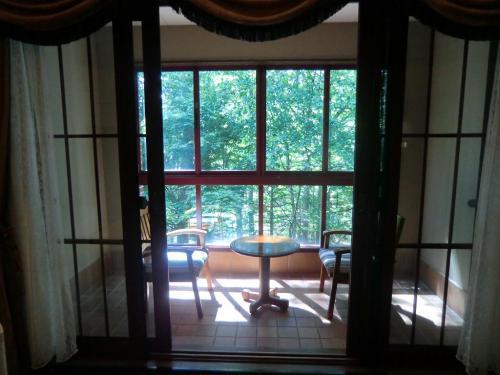 リビングルームの窓側は森に面したテラス席(写真)になっている。ここはサンルームの役割をしており、寒い時期の長いエクシブ蓼科にとっては重宝する。