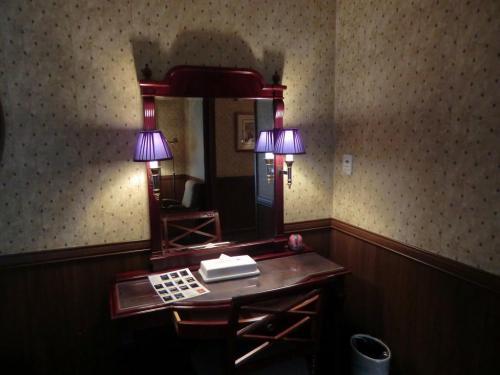 ベッドルームの中にデスク(写真)があり、仕事、読書、その他のデスクワークができる。