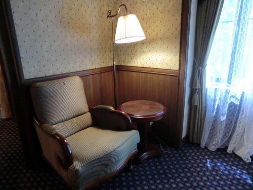 ベッドルーム内にソファーと小テーブル(写真)もあるので、家族、友人がリビングルームで騒いでいても、ここに入れば1人自分の世界に入れる。
