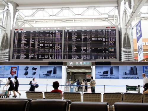 飛行機はJALの直行便(JL405)で、現地の夕方に到着する便です。成田空港第2ターミナルの出発ゲートの左右が大画面の液晶広告に変わっていて、次々と移り変わる映像にちょっと見とれてしまいました。