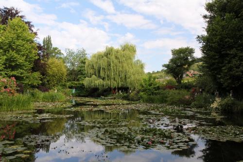 池をぐるっと回って、橋の反対側からも1枚。程よく雲が出ていて暑すぎることもなく、観光にはもってこいのお天気でした。