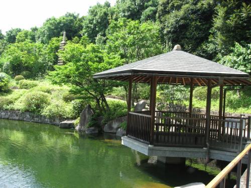 「目白庭園」<br />暑かったのでしばらく木陰で休憩しました。ちょこちょこ人が来ていました。