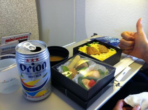 北海道に向かってるのにオリオンビールですか!?<br /><br />本人曰く午前中は軽い方が良いんだって。<br /><br /><br />へぇ〜〜<br />