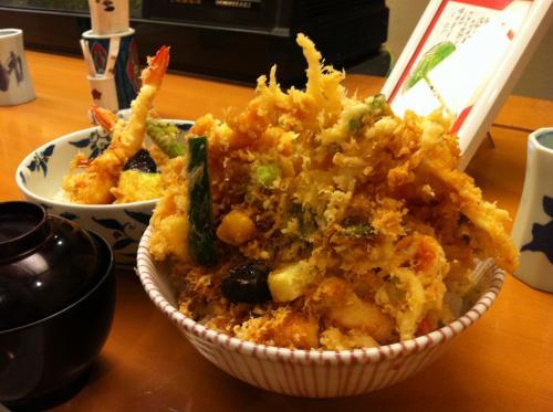 かき揚げ2枚天丼、  <br />マックで言うビックマックみたいなものでしょうか。<br /><br />かき揚げにホッキ貝が入ってるあたりに北海道を感じます。