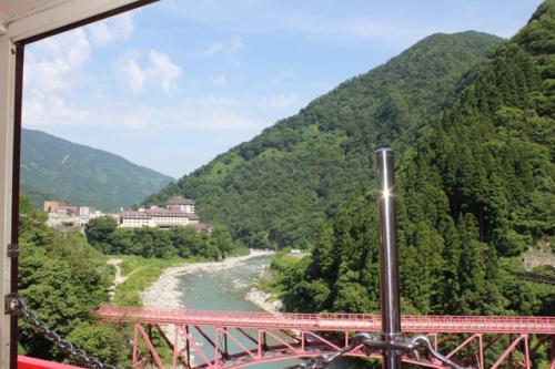 旧山彦橋と、昨日泊まったホテル方面が見えます。<br />見えているのはお隣の宇奈月ニューオータニホテル。