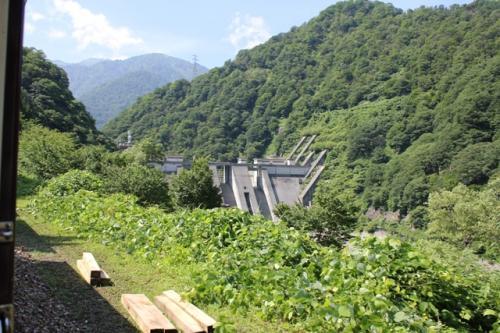 昨日近くまで行った宇奈月ダムも見えました。