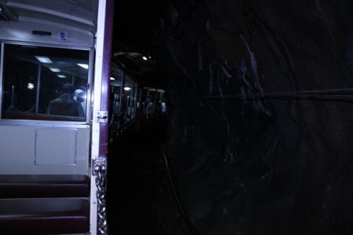 車窓の景色も良かったのですが、トンネルも多いです。<br /><br />トンネルの中は涼しくて、欅平に近づくと3分ぐらいトンネルの中ということもあり、30度近い気温の時でも、トンネルの中では羽織物があったほうが良いかも。<br /><br />我が家の場合は、欅平で温泉に入る予定でバスタオルを持っていたので、いざというとそれを使おうかと思ってましたが、なんとかなくてもガマンできるレベルでした。<br /><br />前に座っていた若い女性は、トンネルの中では長袖カーディガンを羽織ってました。