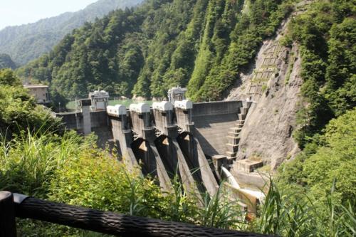 途中にダムがありました。