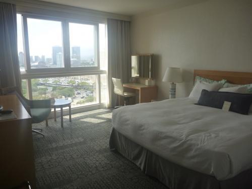 家具も絨毯、テレビもリニューアル♪<br />お部屋もワイキキでは39?とかなり広くてゆったり。<br /><br />