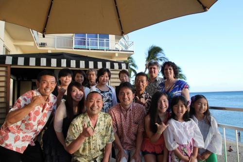 今年もオーシャンフロントにあるニューオータニカイマナビーチホテル<br />http://kaimana.com/index_jp.htm の「都」のテラス席にて修了式。<br /><br />今回もお世話になった教授、奥様、そして通訳の方々にご参加をいただきました!!<br />ありがとうございました。