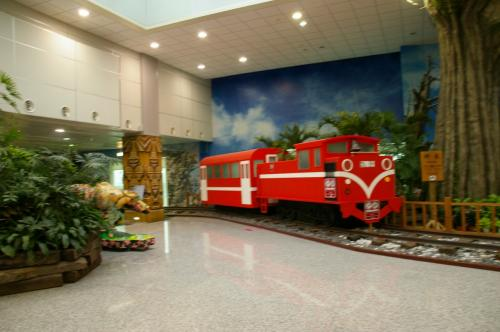 こんなのもありました。阿里山鉄道。<br />息子が乗りた〜〜いって言ってたけど。<br />そういう旅は私は興味ないけど、鉄道好きな子だからなぁ・・・<br />台北を離れた方が楽しいかもね。<br />ま、いつか機会があって、息子がまた台湾に行きたいと言ったら・・・ね。<br />今のところもう台湾には行かないと言っております(笑)<br /><br />匂いに敏感なので食べ物の匂いが嫌だったらしいです。(八角はたしかに臭い)<br />あとコンビニの茶葉蚕も臭かったみたいだし。<br />乗り物系(地下鉄、台湾高速鉄道)は楽しかったようです。