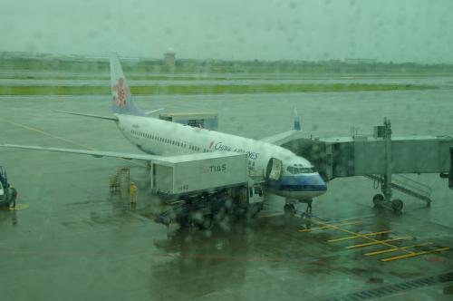 サンドイッチ片手に戻ってきたら、我々が乗る飛行機が来てた。<br />けどまだまだ搭乗手続きはなさそうです。<br />