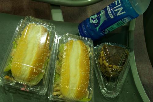 我々が乗る飛行機はなかなか来ないし、<br />そもそも飛ぶのかどうかも分からない状況。<br />お昼も近くなってきて、お腹空いてきたよ〜<br />朝早かったし、お弁当もあまり食べられなかったし。<br /><br />空港内をフラフラしつつ、軽食を買って戻って来ました。<br />チキンサンドイッチ80元は美味しかった。<br />あとチョコレートマフィン。<br /><br />桃園空港の第二ターミナルは初めて来ましたが(いつも第一ターミナルでしたので)フードコートってないんですね・・・<br />カフェとかレストランはちょこちょこあるんだけど、お値段は高めだし・・・息子が食べられるものあまりないし。