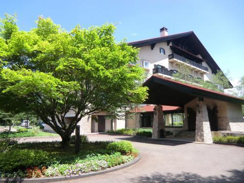 「サンメンバーズひるがの」(写真)は三角屋根の山岳リゾート風の外観をしている。ホテルは標高900mの「ひるがの高原」に立地し、避暑にいい。しかし、真夏になると結構暑い。