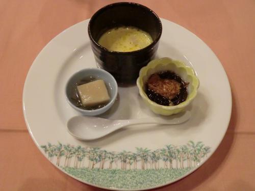 【オードブル】フォアグラロワイヤル、茄子豆腐、もずく酢。「フォアグラロワイヤル」が非常にうまい。出だし好調!