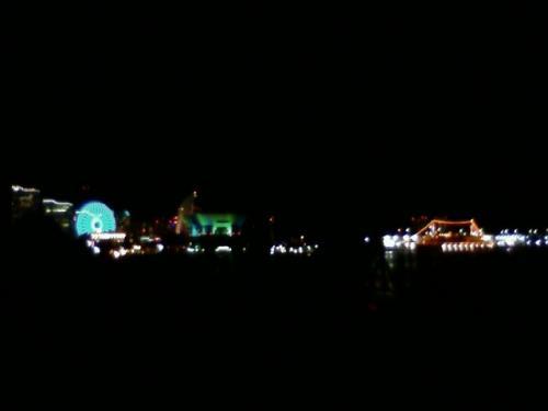 夜になりました。<br />山下公園に、花火を見にやってきました。