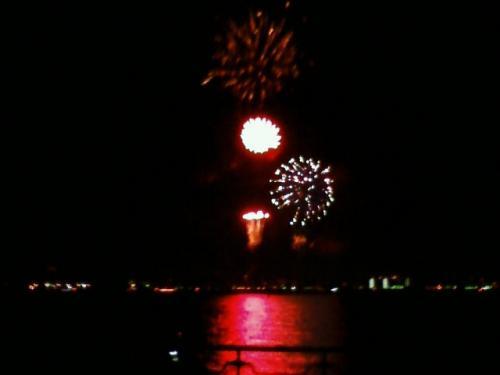 山下公園から見た花火。<br />DJ・RUBYさんの選曲による<br />ノリのいい音楽に合わせて、<br />20分間に渡って、打ち上げられました。<br />