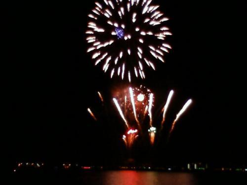 山下公園から見た花火。<br />ここで花火を上げているのは「山田さん」だそうで、<br />掛け声は、「山田ぁ〜!」(笑)