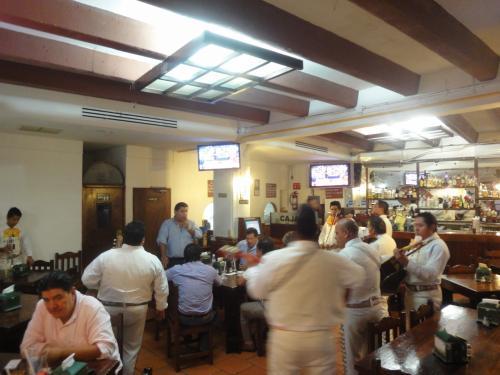 La Guadaの店内風景。。。いつもながらのトリオやマリアッチを囲んで陽気に飲むメキシカンの顔ぶれです。