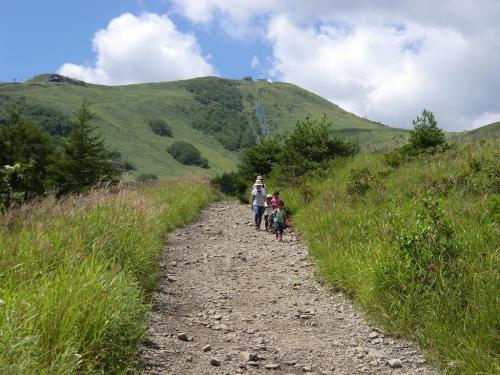 夏休みなのでファミリー登山(写真)も多い。子供は自然の中で力強く育つ。頑張れパパ、ママ、そして、子供達よ…。我々は子育て終了!<br />