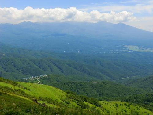 八ヶ岳の大展望(写真)を眺めながらしばらく休む。持参のバナナと水がうまい!<br />