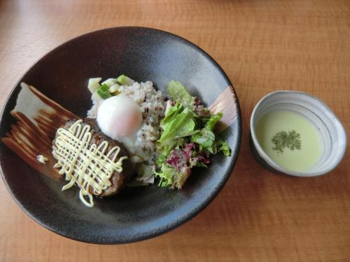 さあ、お昼だ〜。私は「信州牛ハンバーグご飯、スープ付」(写真:1500円)を注文。<br />