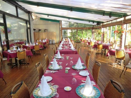 夕方5時30分、ホテルの洋食レストラン「ル・プラトー」に入る。ガーデンテラス席にずらりと並んだテーブルセッティング(写真)に驚く。<br />