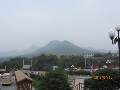 嵩山は標高1440mの太室山と1512mの少室山からなっていて、少林寺はその山麓にあるので 海抜は高いようです。<br /><br />洛陽から、ハイエースで1時間半ほどで着きましたが、後半はちょっとした山岳ドライブでした。<br /><br /><br />