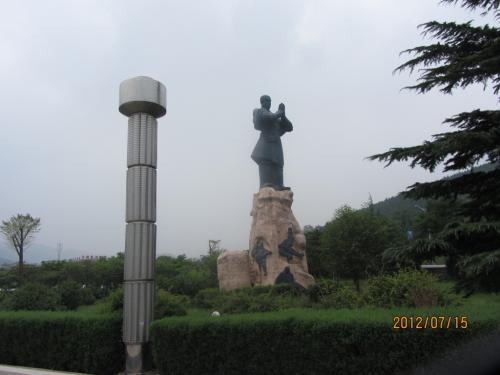 嵩山(すうざん・Song Shan)少林景区の入り口<br /><br />少林寺拳法の道士が迎えてくれました。<br /><br />少林寺拳法開祖の宗道臣が自らの著作で、中国武術を習っていたとする寺だそうで、少林拳の発祥地です