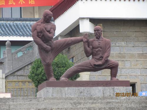 武術館前の銅像<br /><br />少林寺と言えば、何といっても少林拳、少林寺の僧徒は松林拳により唐の天下統一を助けたと言います