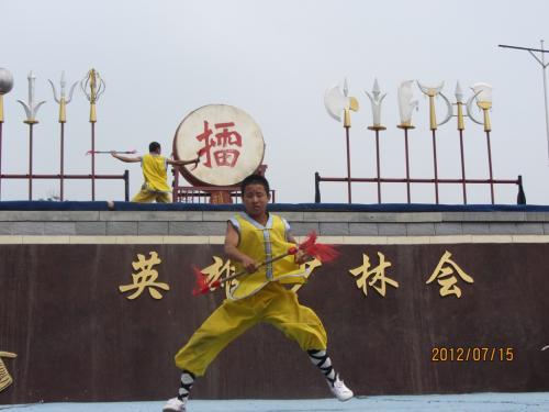 外のステージで 少林寺拳法の武術演技が始まりました。
