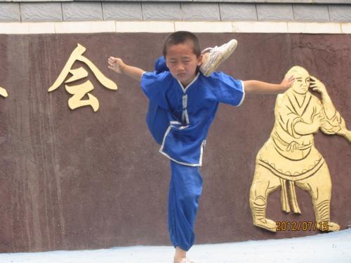 小さい時から訓練しないと、こんな事が出来ない気がするけど。<br /><br />これも、少林寺拳法の組み手の一つかな<br />