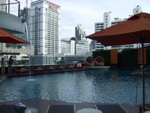 朝食の前にプールを下見。<br /><br />んー、やはり街中のホテルだからせまいのね。<br /><br />泳ぐというよりくつろぐ感じ。<br /><br />居心地いかんでは午後をプールで過ごすことも考えているが、どうなることやら。