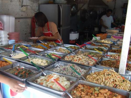 お惣菜やさん。<br /><br />いろいろ種類がある。<br /><br />地元の人とか白人観光客とかもけっこう買っていた。<br /><br />人気の店らしい。