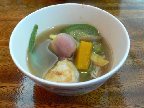 あと一つ。日本では見たことがない野菜が入っています。<br />見た感じは芋類の葉っぱみたい。<br />カボチャやサツマイモの葉っぱって感じ。<br />それか豆科の植物かなぁ?<br /><br />調べてみたらタムルンというウリ系の植物の若芽でした。<br />日本名はヤサイカラスウリというそうです。<br />ウリも若い実を食べるそうだ。<br />ゲーン・リアンに入る具としては定番中の定番とか。<br /><br />野菜がいっぱい入っているのがとにかくうれしいです。
