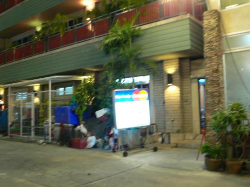 お店の外観です。<br />思っていた以上に大きくてこじゃれたお店でびっくりした。<br /><br />ただ、身なりをみて?右側の大衆的な雰囲気の方の店に案内されました。<br />